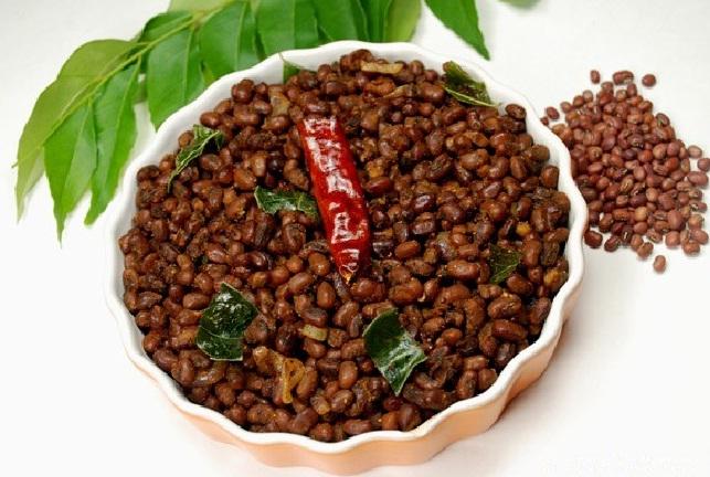 Vanpayar Mezhukkupuratti or Stir fried red peas
